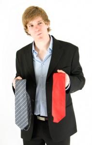 junger Mann sucht eine Abiball-Outfit