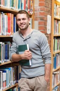Junger Mann holt sein Abitur nach auf dem zweiten Bildungsweg